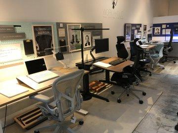 最高に座りごごちのいいワークチェアとスタイリッシュで機能的な家具が並ぶ